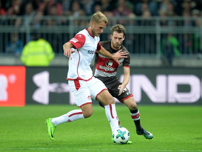 FCK-Profi Sebastian Andersson (l) schirmt den Ball gegen Christopher Buchtmann ab. Foto: Daniel Bockwoldt