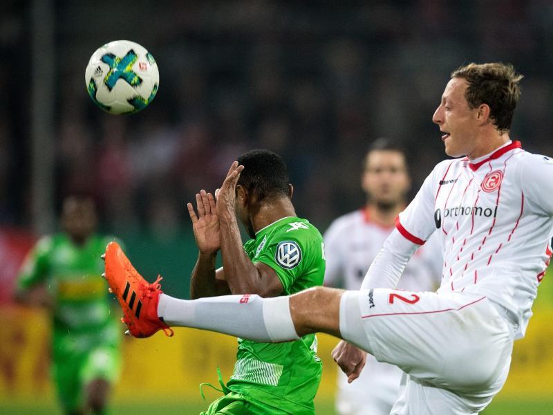Düsseldorfs Robin Bormuth (r) spielt den Ball, der Gladbacher Raffael dreht sich weg. Foto: Marius Becker