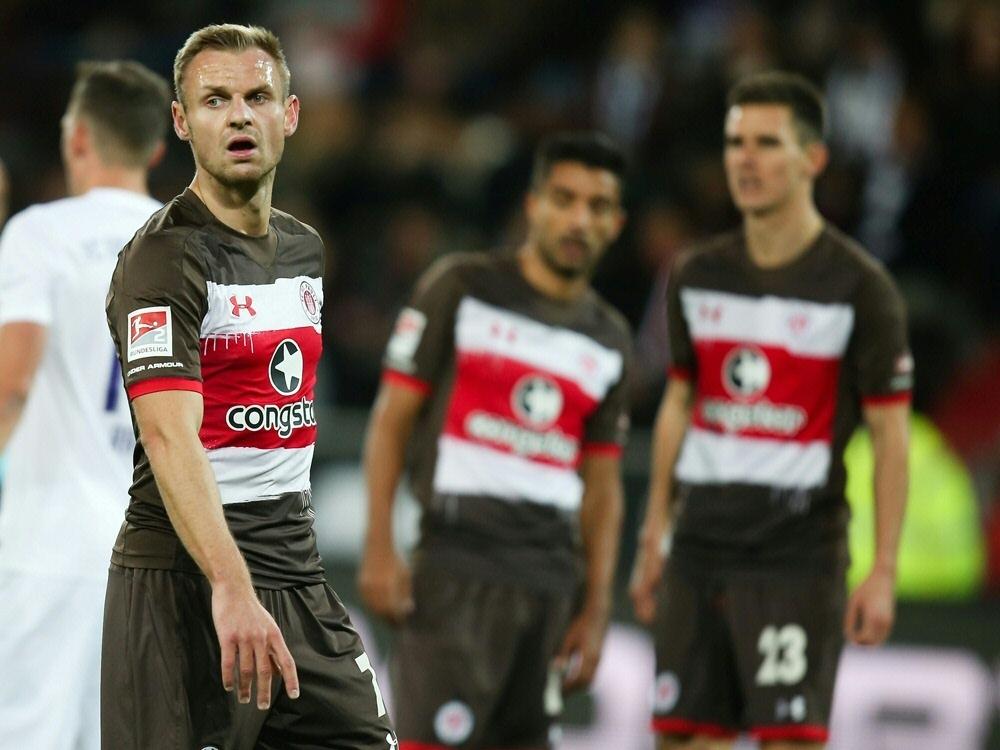 Wieder kein Sieg: St. Pauli mit Kapitän Nehrig (l.)