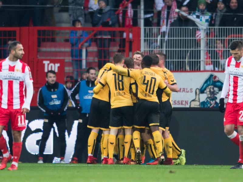 Die Spieler von Dynamo Dresden bejubeln das Tor des Tages beim 1:0-Sieg bei Union Berlin. Foto: Annegret Hilse