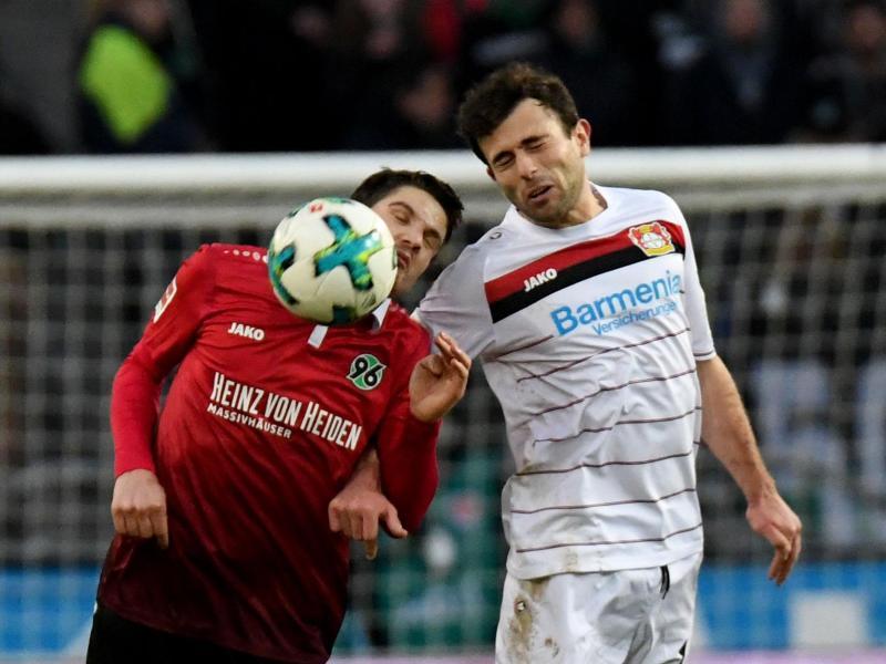 Hannovers Pirmin Schwegler (l) und Admir Mehmedi von Bayer Leverkusen kämpfen um den Ball. Foto: Peter Steffen