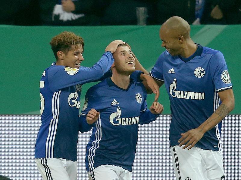 Amine Harit (l), Torschütze Max Meyer und Naldo (r) bejubeln das 1:0 für den FC Schalke. Foto:Ina Fassbender
