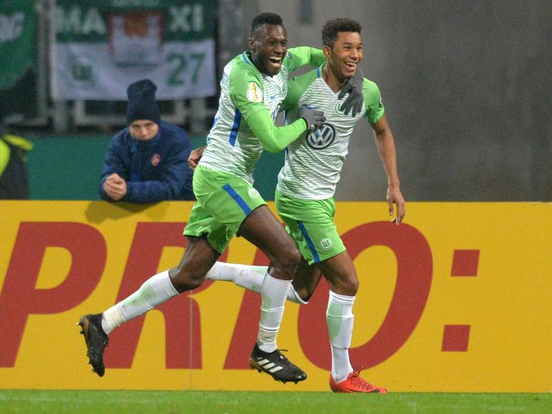Joshua Guilavogui (l) jubelt mit dem Torschützen Felix Ohis Uduokhai über das 1:0 für den VfL Wolfsburg. Foto: Timm Schamberger