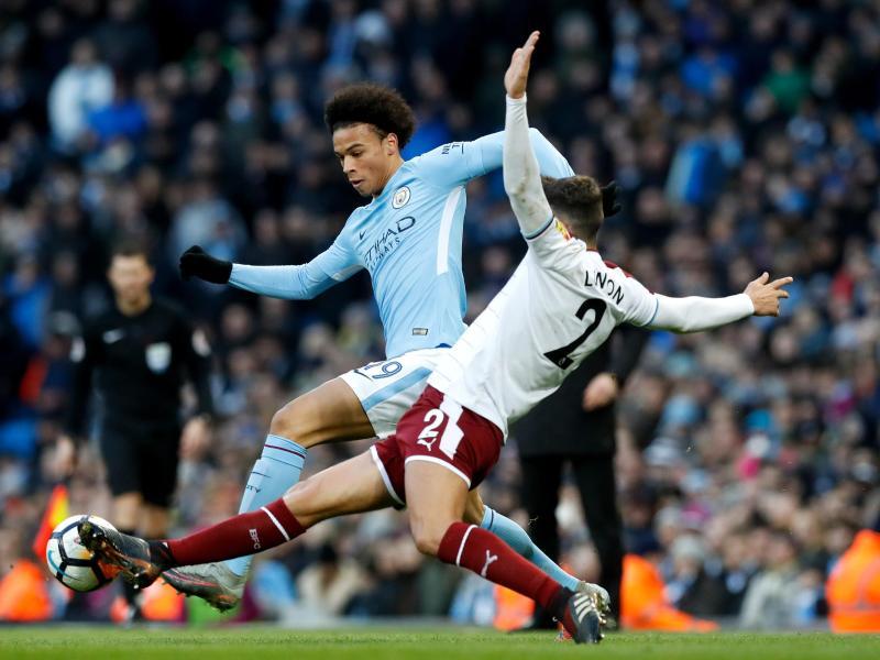 Leroy Sane (l) hat mit Manchester City die nächste Runde im FA-Cup erreicht. Foto: Martin Rickett