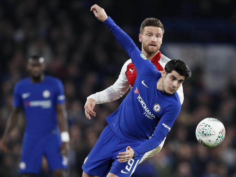 Antonio Rüdiger (Hintergrund) beobachtet einen Zweikampf zwischen Chelseas Morata (vorne) und Arsenals Mustafi. Foto: Kirsty Wigglesworth