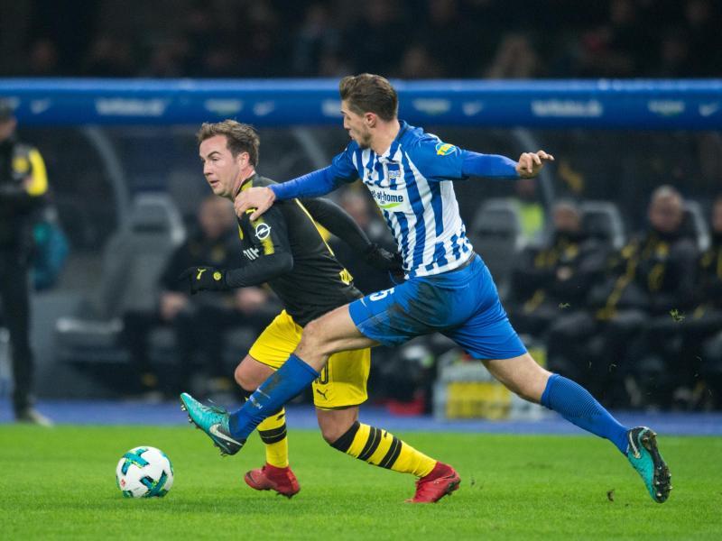 Der Berliner Niklas Stark (r) versucht Dortmunds Mario Götze vom Ball zu trennen. Foto: Annegret Hilse