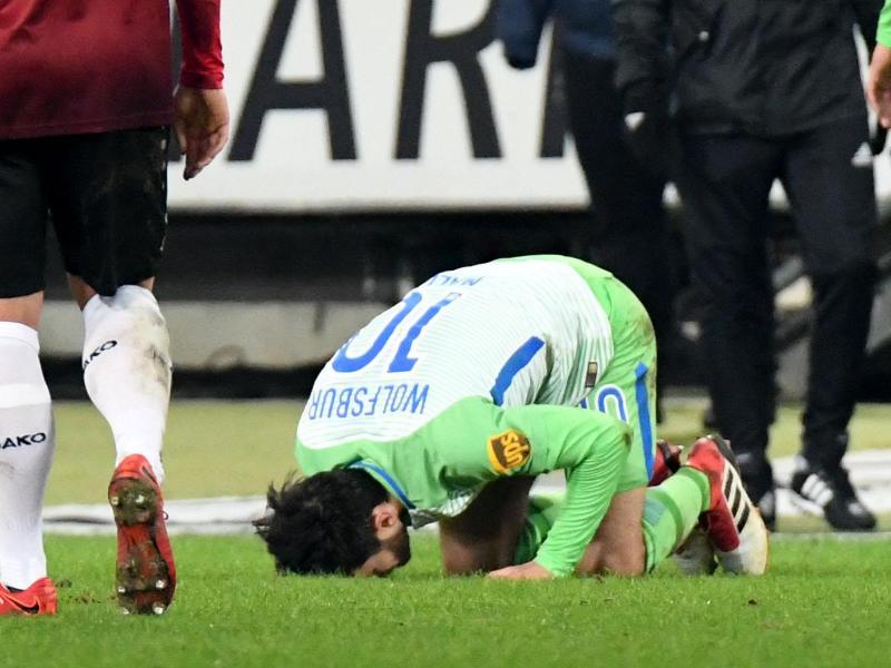 Wolfsburgs Yunus Malli bejubelt sein Tor zum 0:1 gegen Hannover 96 mit einem Rasenkuss. Foto: Peter Steffen