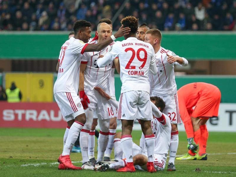 Die Spieler des FC Bayern feiern einen Treffer gegen den SC Paderborn. Die Partie beenden die Münchner mit 6:0-Sieg. Foto: Friso Gentsch