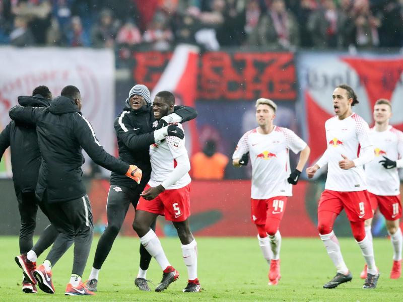 Leipzigs Spieler jubeln mit dem Torschützen Dayot Upamecano (M/5) über den Treffer zum 1:0. Foto.Jan Woitas Foto: Jan Woitas