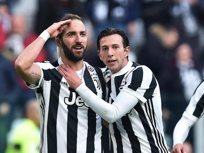Gonzalo Higuain (l) hat das 2:0 für Juve gegen Florenz erzielt. Foto: Alessandro Di Marco