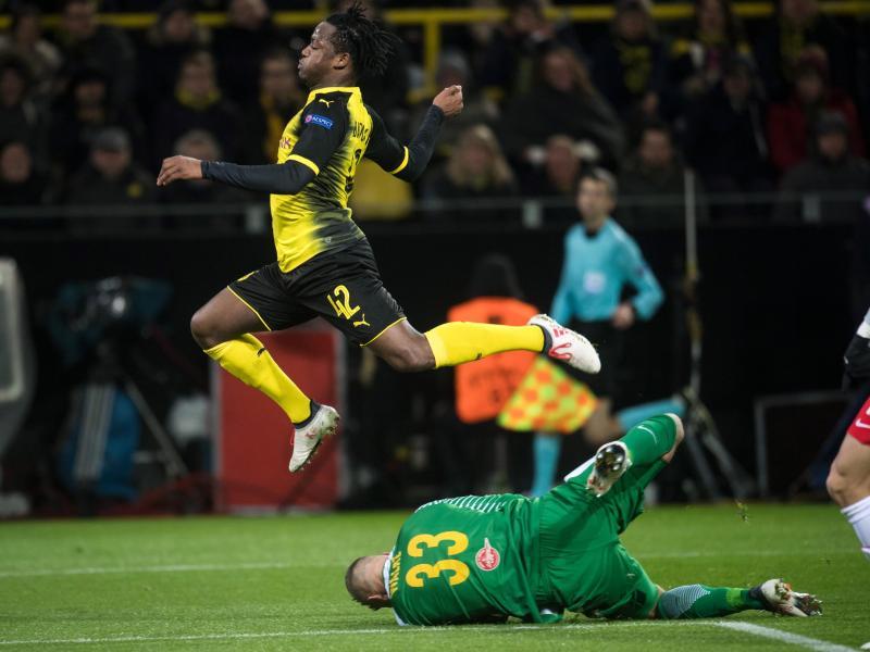 Abgehoben: Salzburg-Keeper Alexander Walke (r) klärt vor BVB-Torjäger Michy Batshuayi. Foto: Bernd Thissen