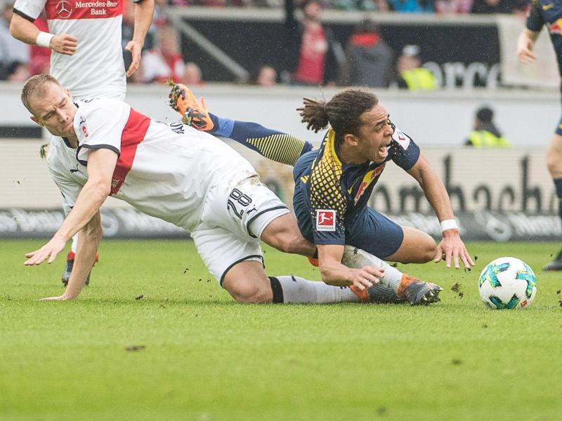 Stuttgarts Holger Badstuber (l) und Leipzigs Yussuf Poulsen (r) von RBLeipzig im Zweikampf um den Ball. Foto: Sebastian Gollnow