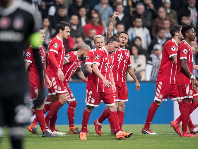 Die Spieler von Bayern München feiern das Tor zum 1:0 gegen Besiktas Istanbul durch Thiago. Foto:Sven Hoppe