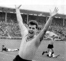 Lothar Emmerich bejubelt das erste Bundesligator. Im Hintergrund der Torschütze Timo Konietzka