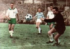 Werder ließ nur wenige gute Chancen für den MSV zu. In dieser Szene verfehlte der Ball das Tor. Jagielski, Gecks, Piontek und Bernard (v.l.n.r.) schauten zu