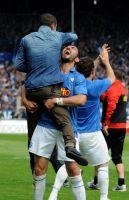 Bochums Yahia freut sich mit dem verletzten Azaouagh über das Erreichen der Relegation (Foto: Imago)